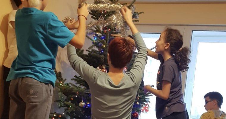 Cum decorăm bradul de Crăciun cu 4 copii, 2 mame și o bunică